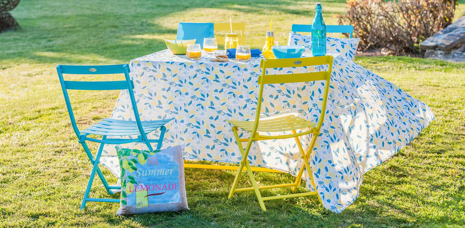 table d'extérieur avec nappe colorée