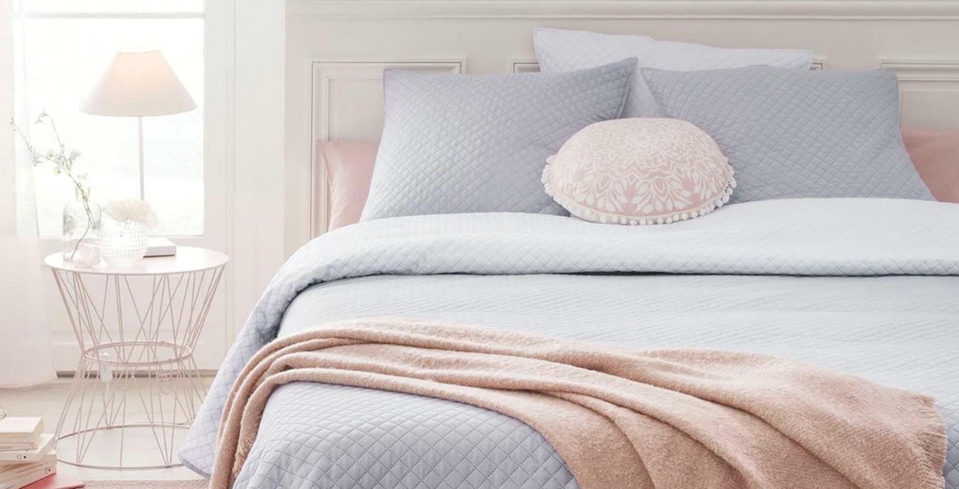 décoration de chambre avec linge de lit bleu