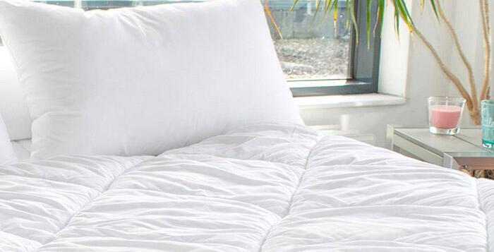 couette et oreiller blanc