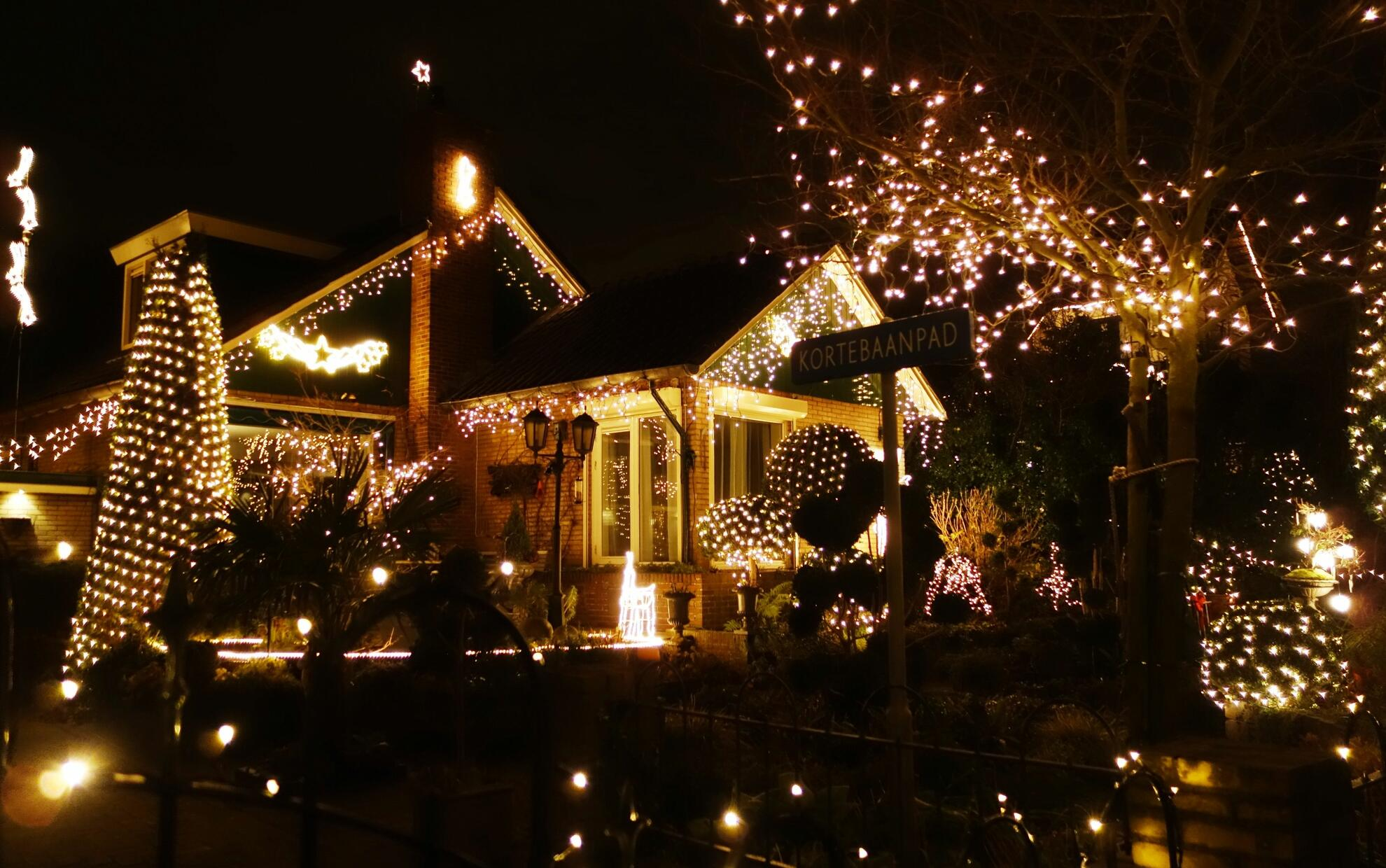 casa illuminata per Natale