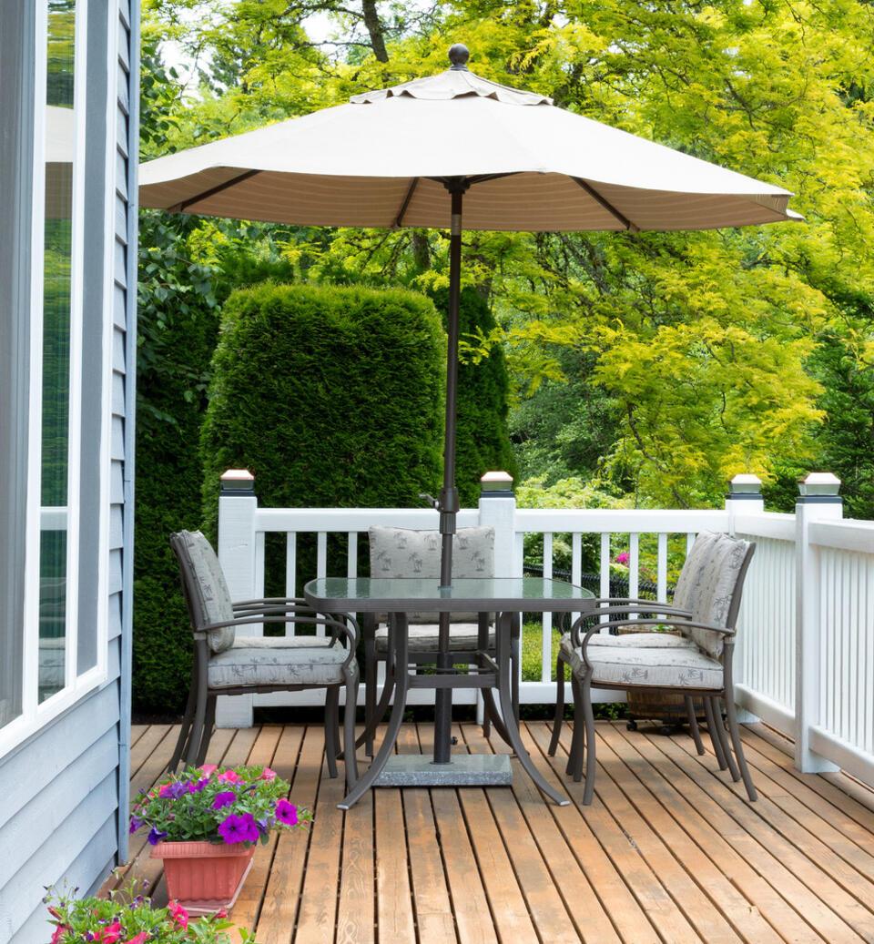 table extérieur avec parasol rond sur terrasse