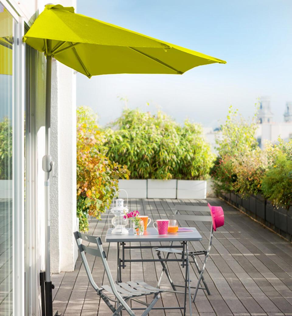petite table extérieur avec parasol mural sur balcon
