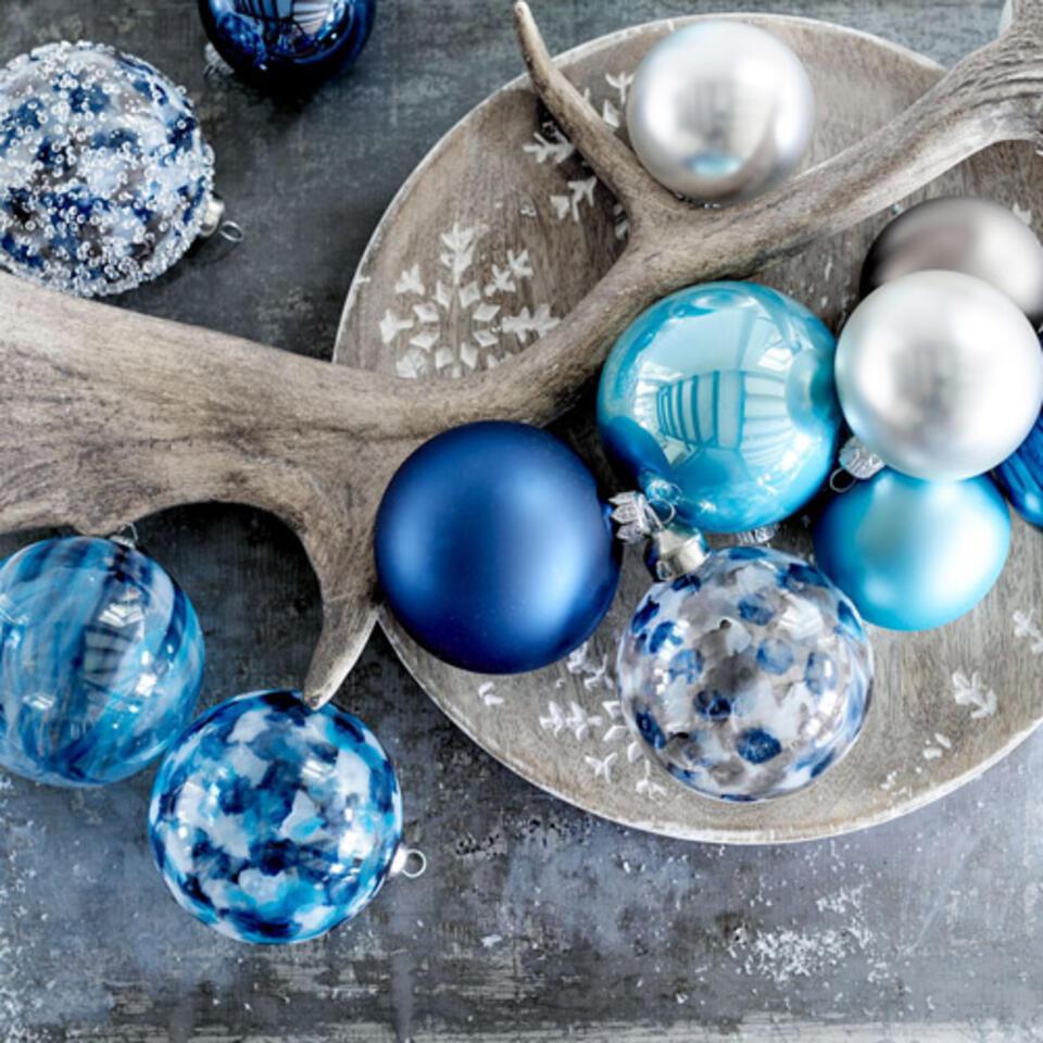 boule de noel bleue pour décoration scandinave