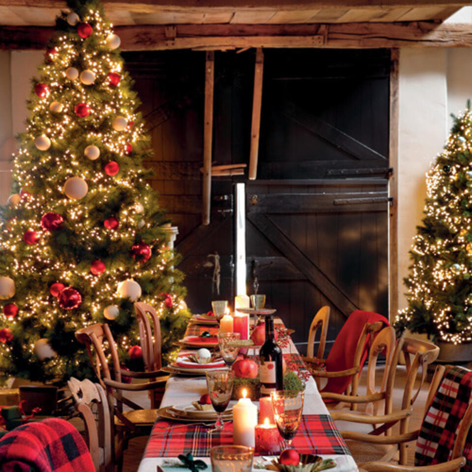 sala da pranzo allestita in rosso per Natale
