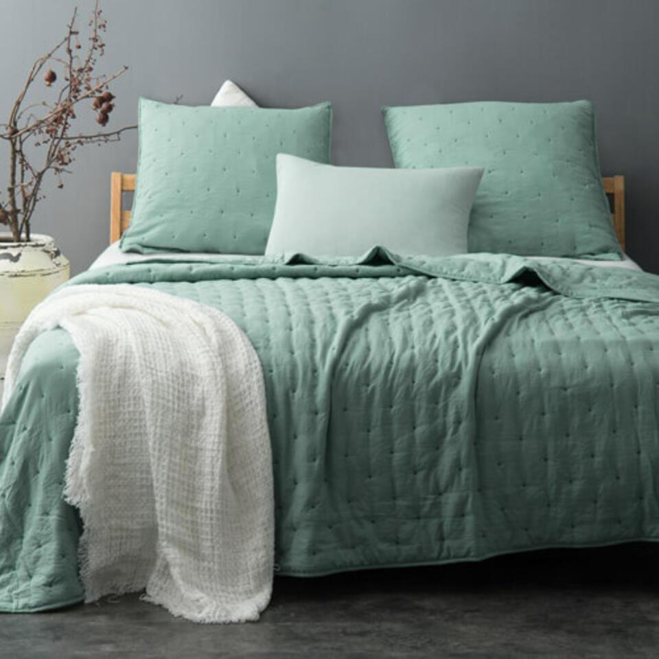 chambre avec dessus de lit vert