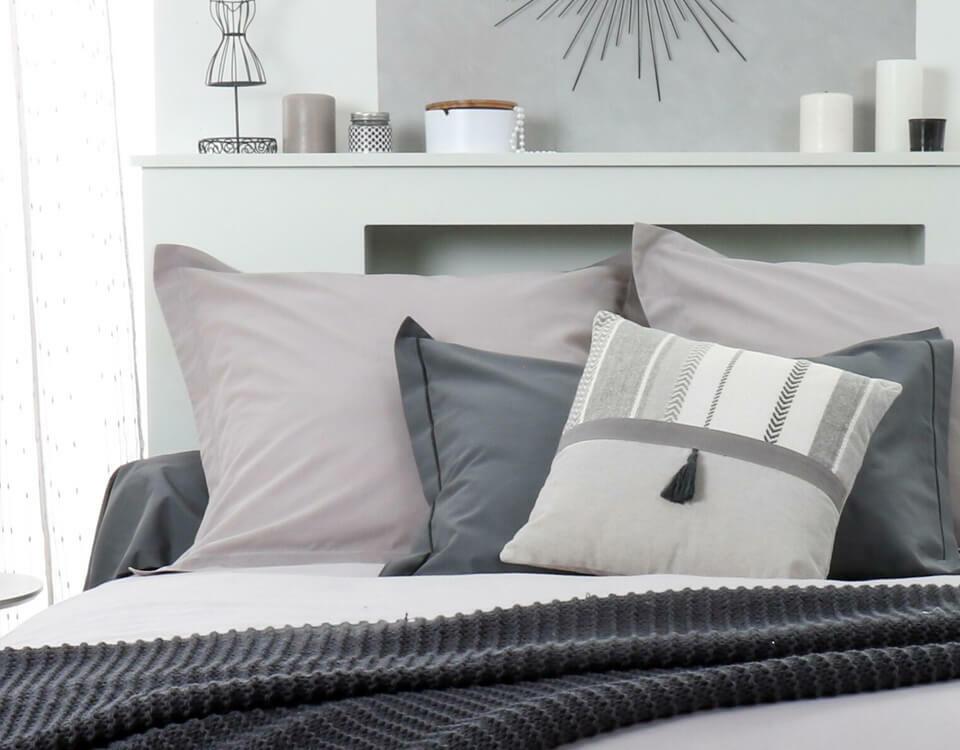 camera da letto in monocromatico grigio