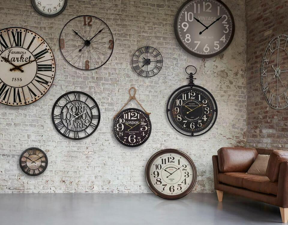 horloges vintage sur mur en brique