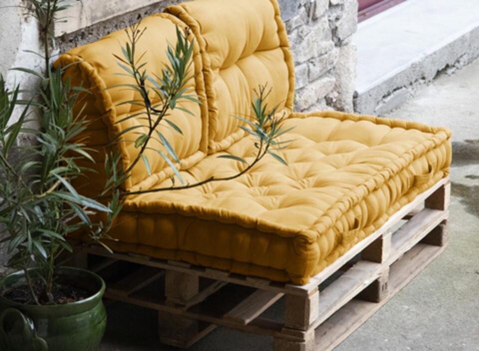 salotto da giardino in pallet con cuscino giallo
