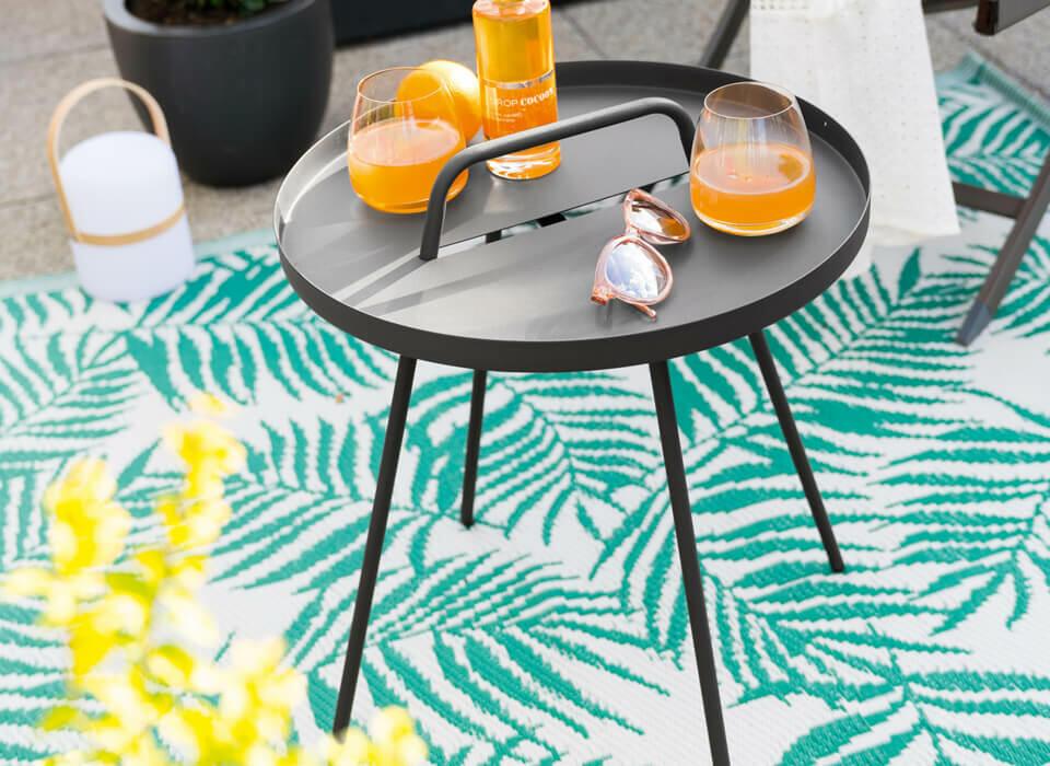 tapis extérieur et table d'appoint