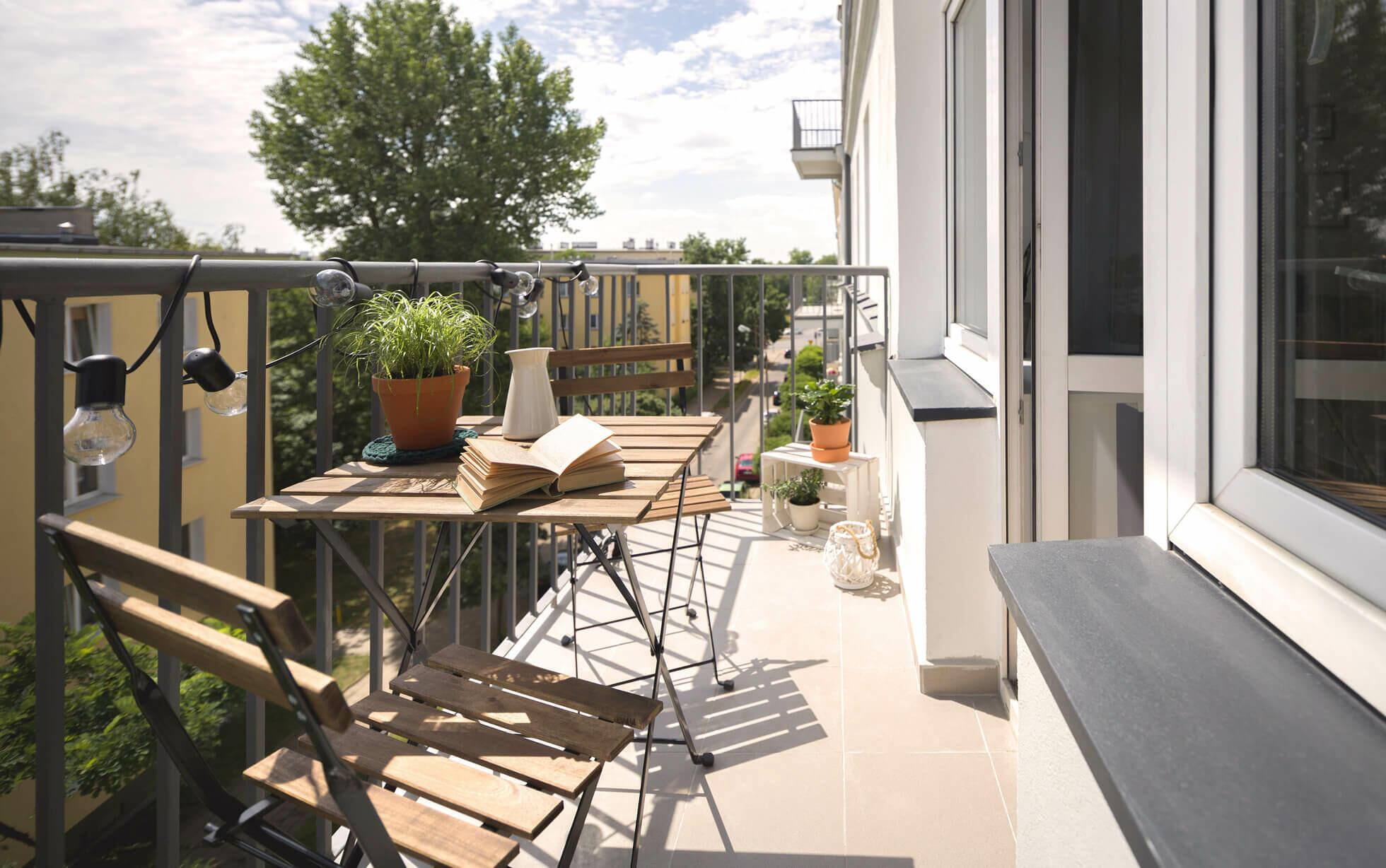 balcon avec petite table en bois