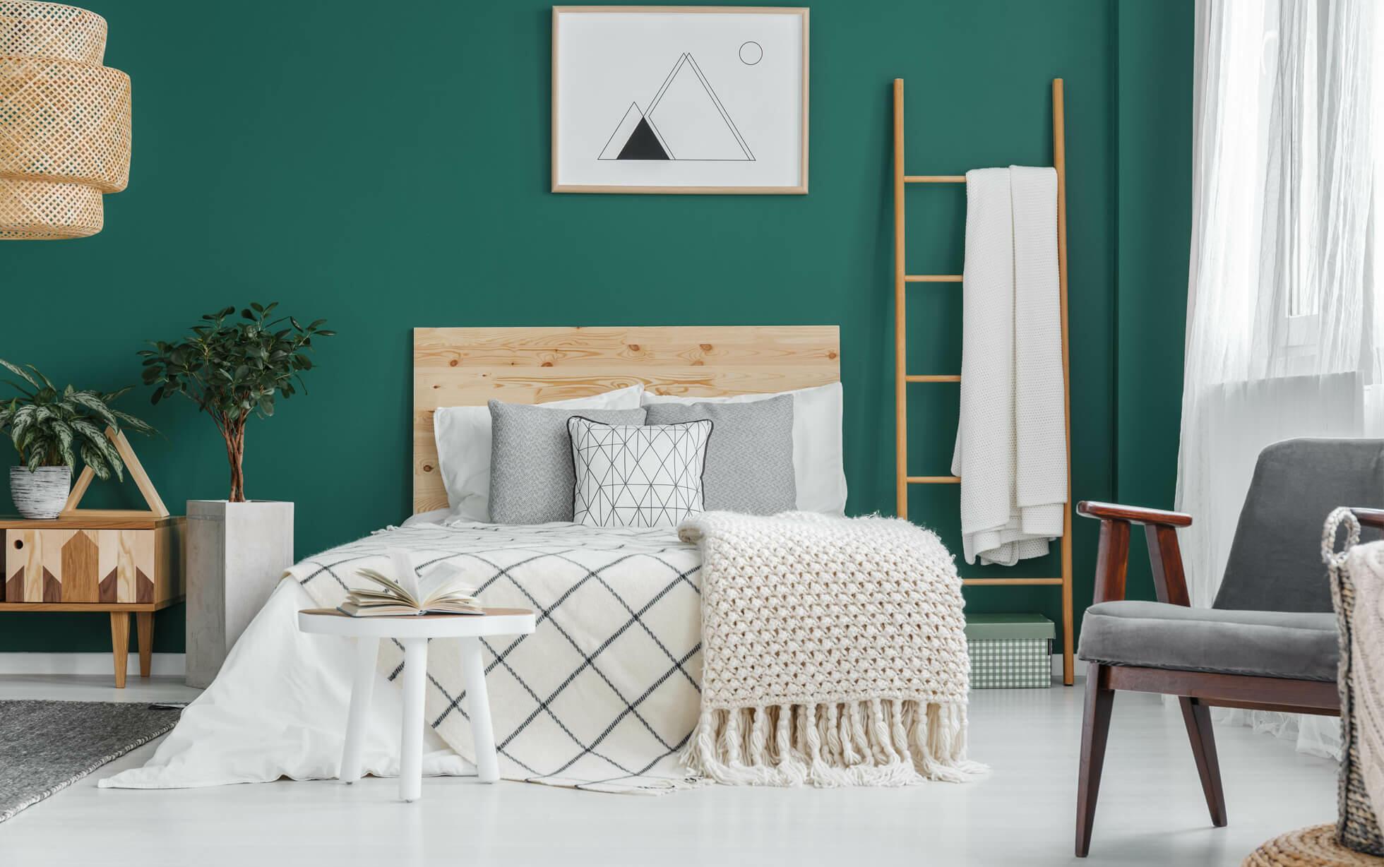 chambre cosy avec mur vert