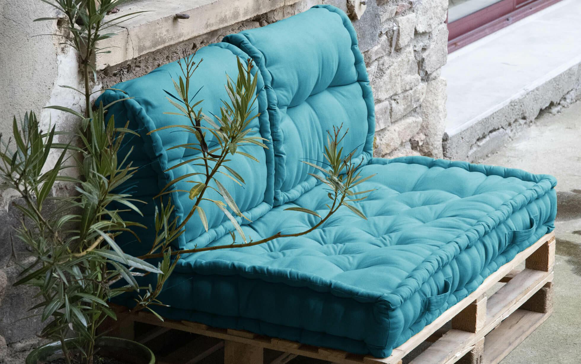 cuscini blu per salotto da giardino in pallet