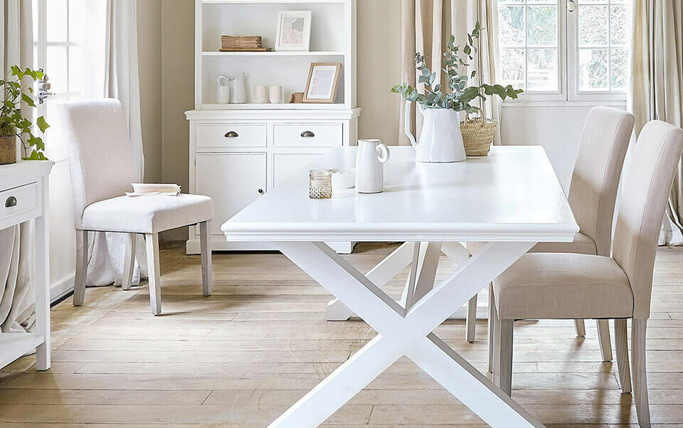sala da pranzo con mobili chiari