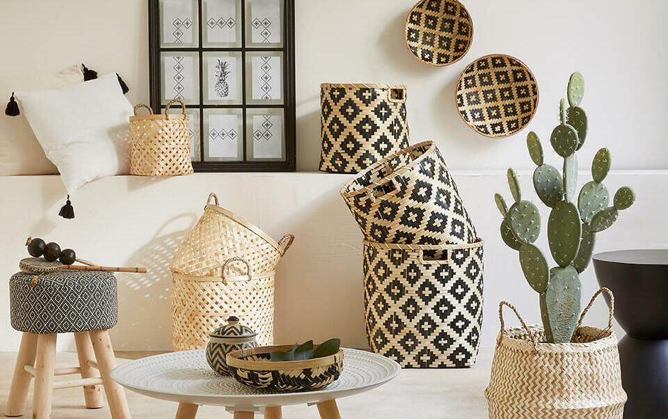 salon ethnique avec décoration panier balinais