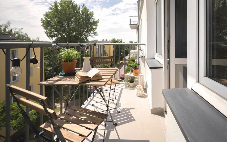 balcone con tavolino in legno