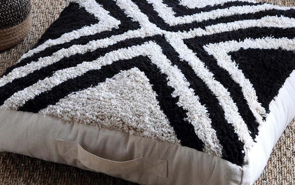 coussin de sol noir et blanc style ethnique