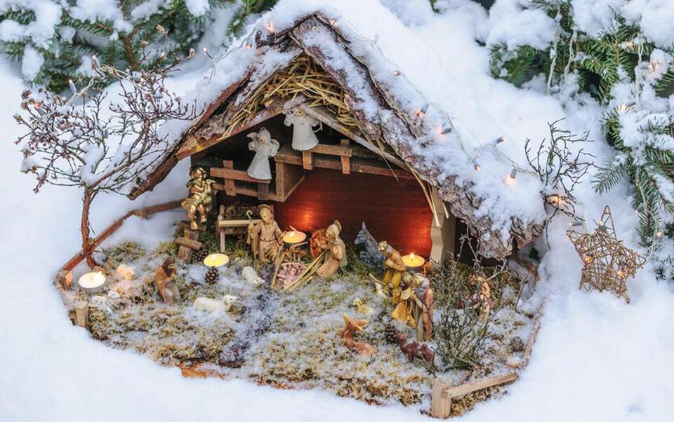 crèche de Noel et décor enneigé