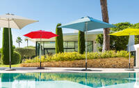 piscina con ombrelloni colorati
