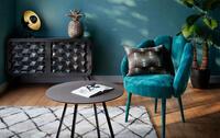 salone tendenza con poltrona blu anatra