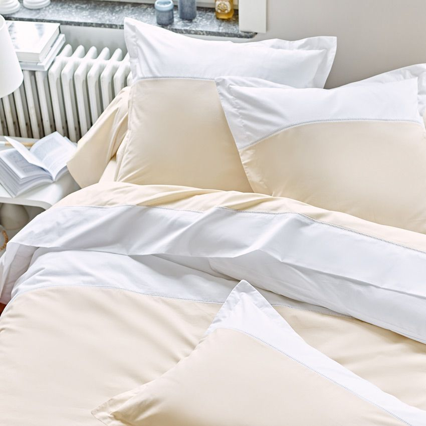 Housse de couette et deux taies 200 cm chambord beige for Linge de maison housse de couette