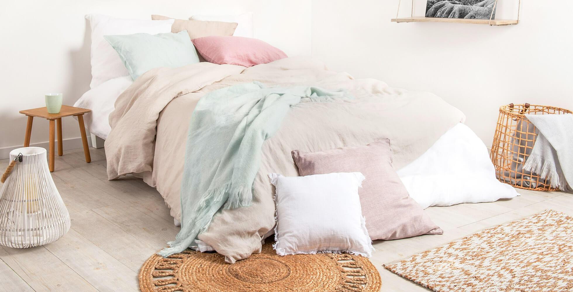 decorazione della camera con biancheria da letto di lino