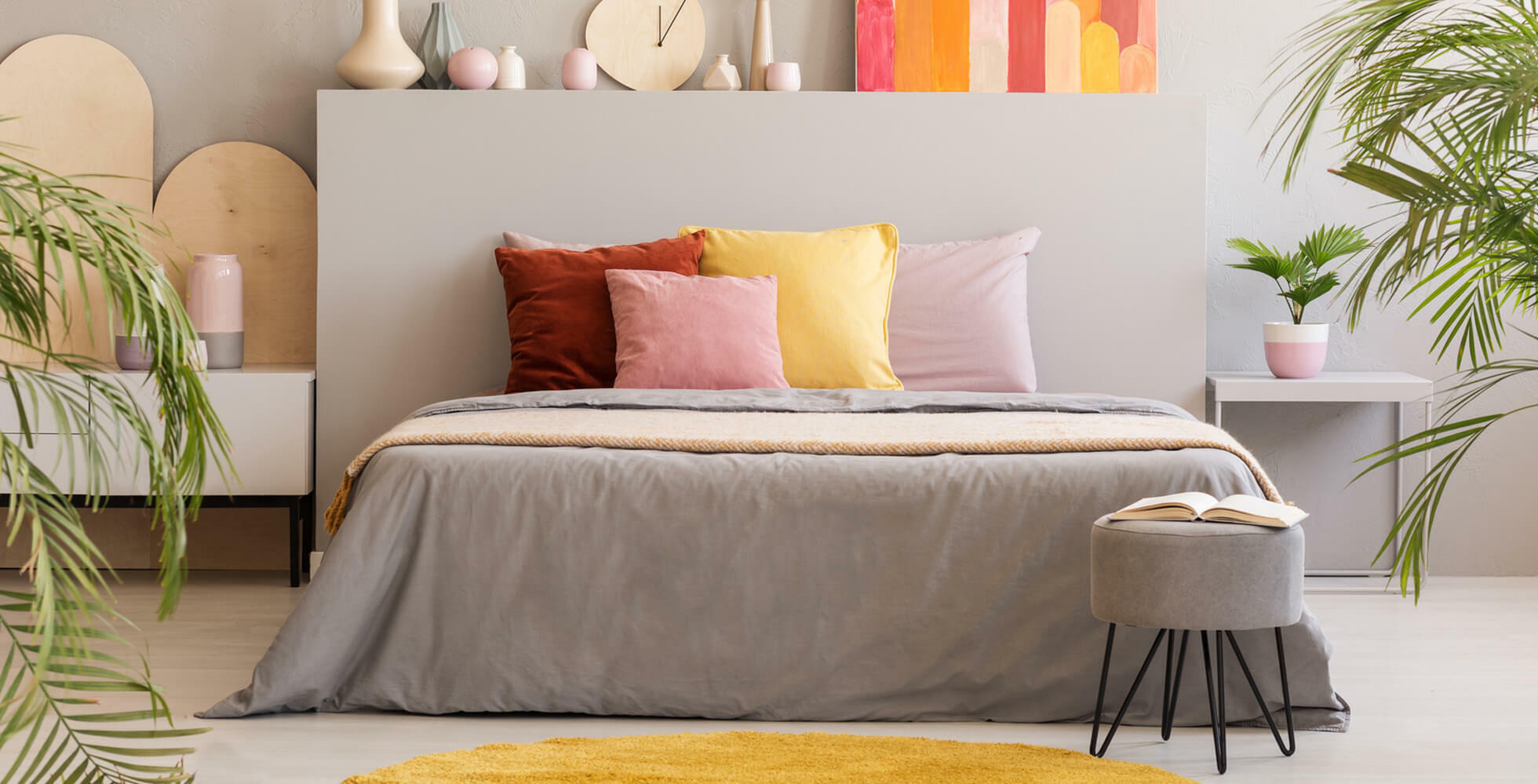 cama con acumulamiento de cojines coloridos