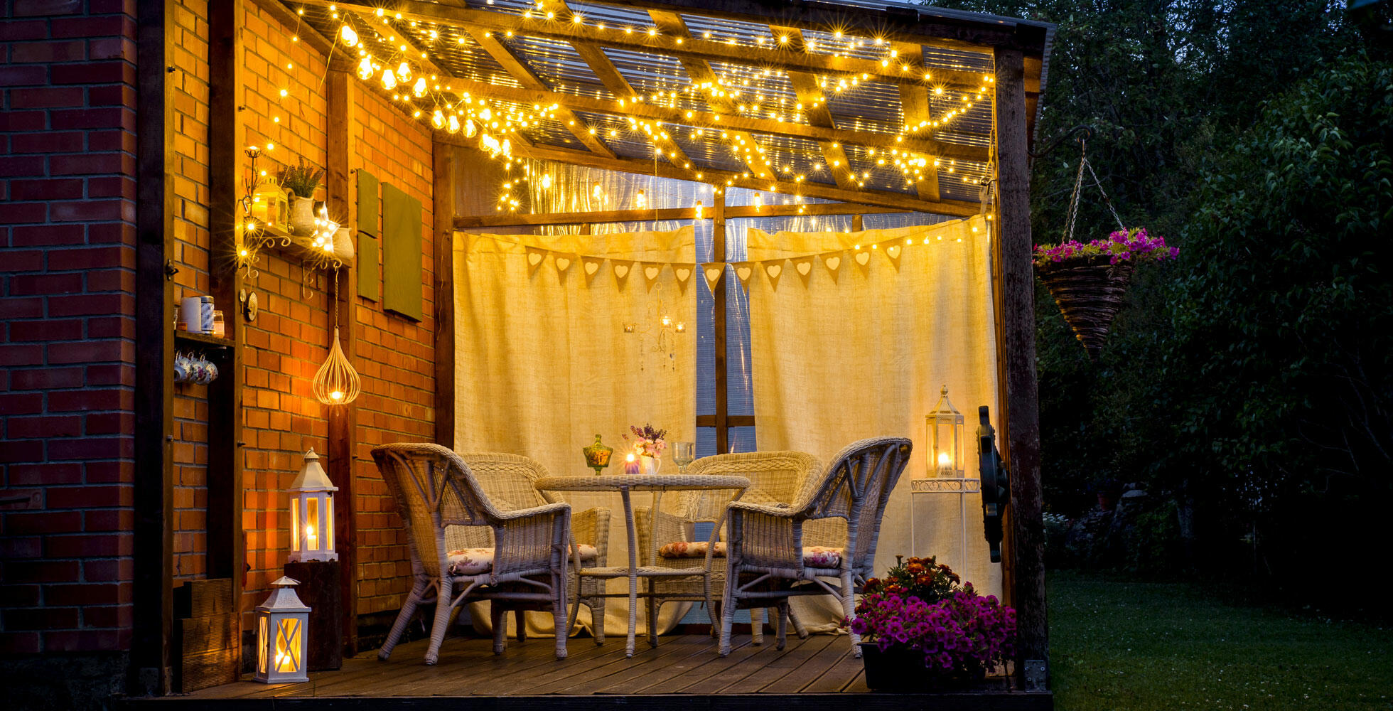 Jardin cosy avec décoration lumineuse