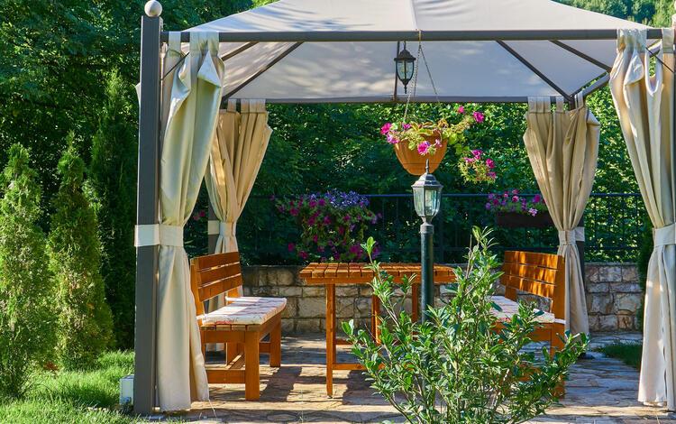 zona de comedor en el jardín