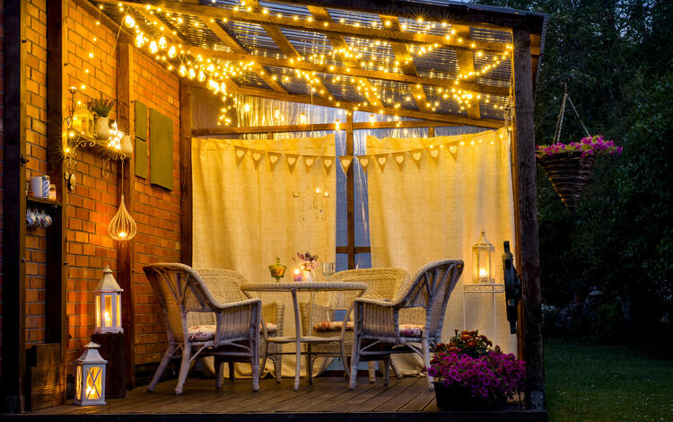 Acogedor jardín con decoración luminosa