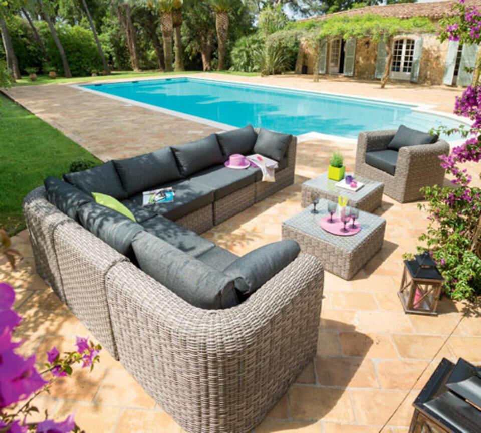 salon de jardin en résine tréssée au bord d'une piscine