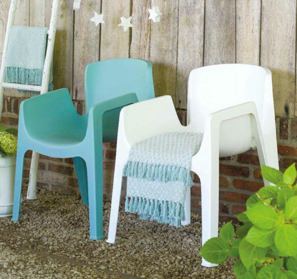 silla de plástico blanco y azul