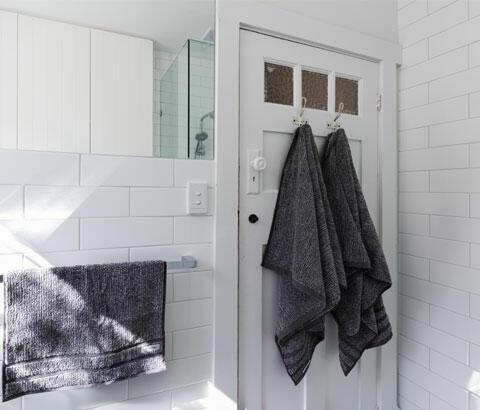 baño con azulejos de metro blancos